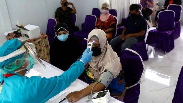 Медицинский осмотр перед вакцинацией в Джакарте, Индонезия - Sputnik Italia