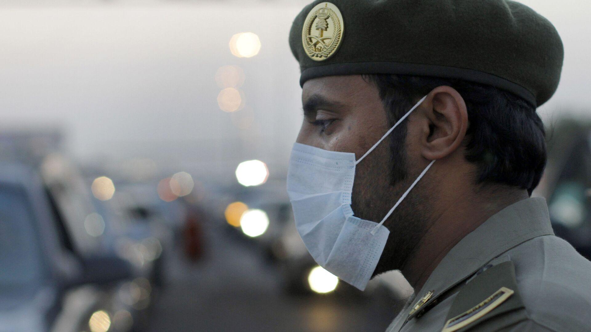 Un poliziotto saudita con mascherina - Sputnik Italia, 1920, 14.06.2021