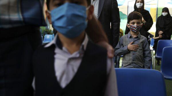 Ученики с родителями во время гимна в первый учебный день в школе в Тегеране  - Sputnik Italia