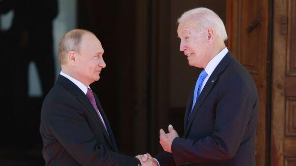 Президент РФ Владимир Путин и президент США Джо Байден во время встречи в Женеве - Sputnik Italia