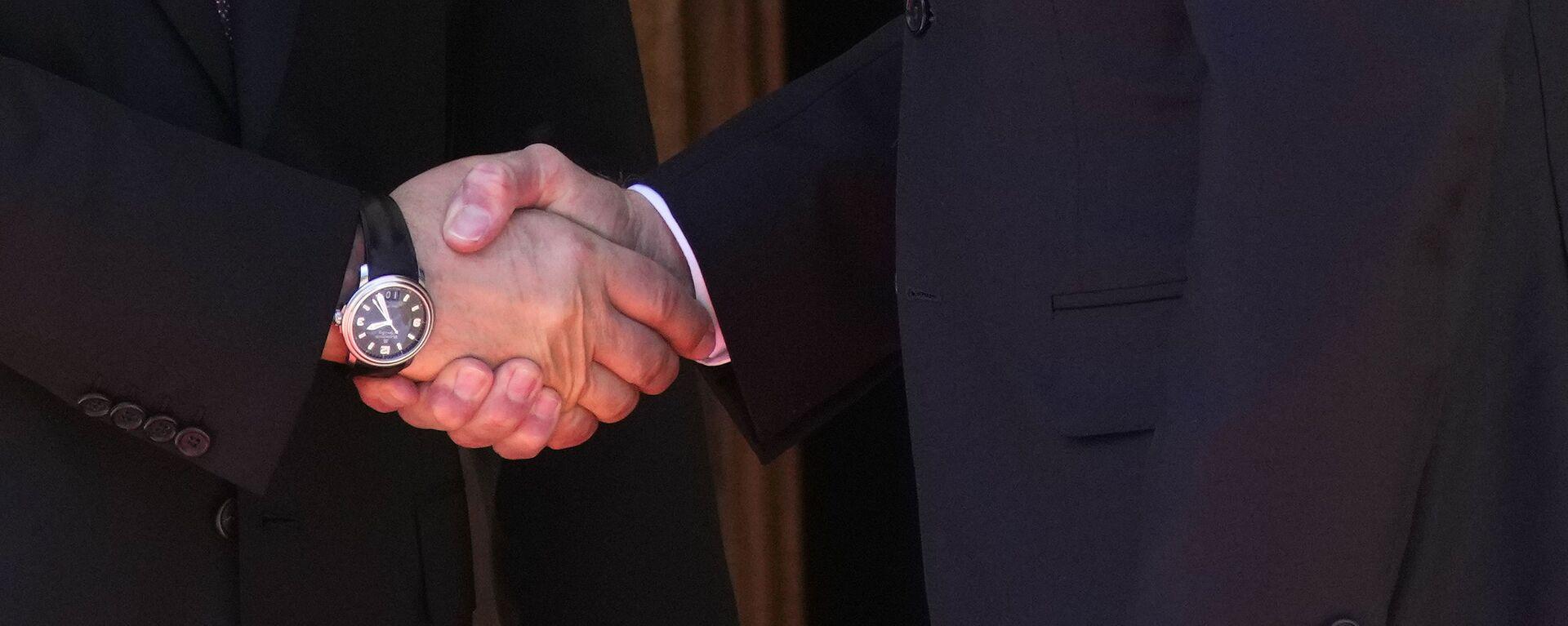 La stretta di mano tra Putin e Biden - Sputnik Italia, 1920, 16.06.2021