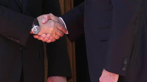 La stretta di mano tra Putin e Biden - Sputnik Italia