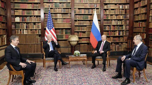 Президент РФ Владимир Путин и президент США Джо Байден во время встречи в Женеве на вилле Ла Гранж - Sputnik Italia