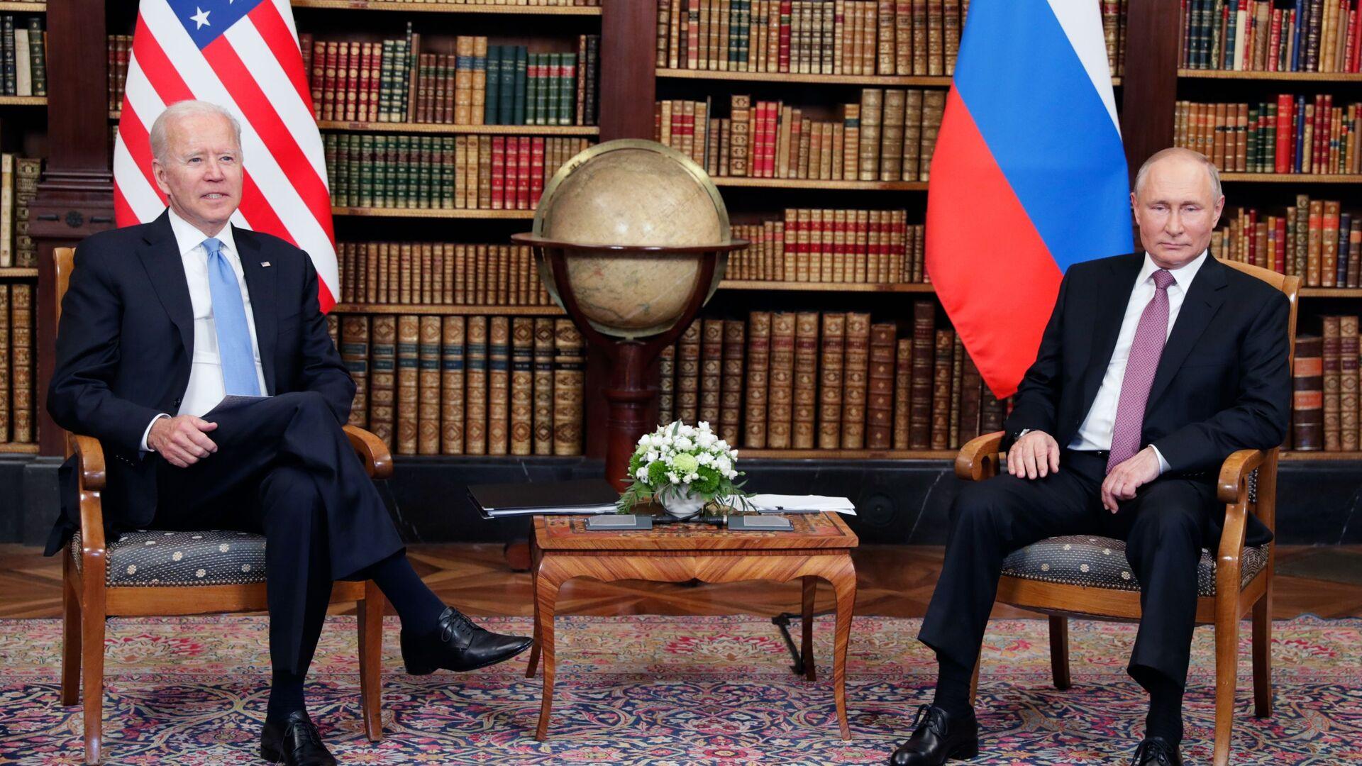 Президент РФ Владимир Путин и президент США Джо Байден во время встречи в Женеве на вилле Ла Гранж - Sputnik Italia, 1920, 17.06.2021