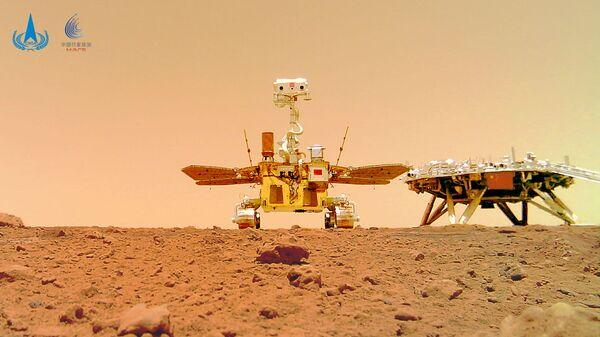 Китайский марсоход Zhurong и посадочный модуль миссии Tianwen-1, снятые на поверхности Марса - Sputnik Italia