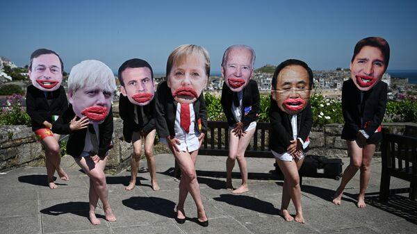 Экологические активисты Extinction Rebellion позируют с лицами лидеров G7 на демонстрации во время саммита G7 в Британии - Sputnik Italia