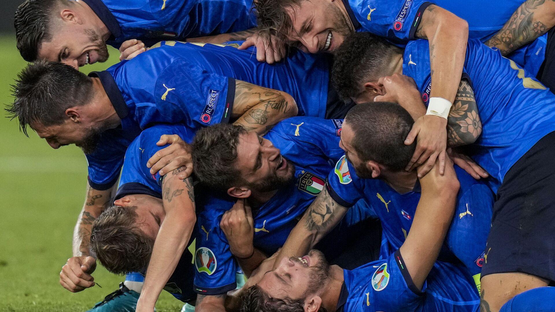 Игроки сборной Италии празднуют свой второй гол во время матча группы А чемпионата ЕВРО-2020 между сборными Италии и Швейцарии на олимпийском стадионе в Риме, Италия - Sputnik Italia, 1920, 22.06.2021