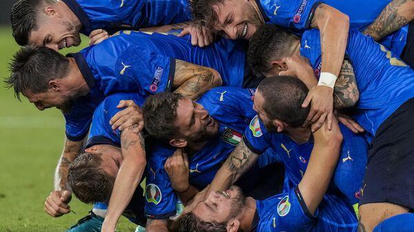 Игроки сборной Италии празднуют свой второй гол во время матча группы А чемпионата ЕВРО-2020 между сборными Италии и Швейцарии на олимпийском стадионе в Риме, Италия - Sputnik Italia