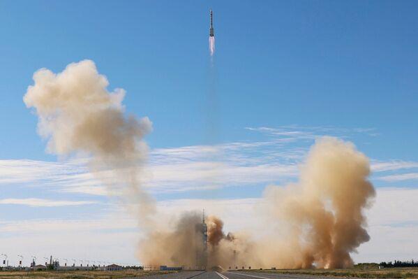 Il razzo Long March-2F Y12, che trasporta la navicella spaziale Shenzhou-12 e tre astronauti, decolla dal Jiuquan Satellite Launch Center per la prima missione con equipaggio cinese a bordo, vicino a Jiuquan, provincia di Gansu, Cina, il 17 giugno 2021. - Sputnik Italia