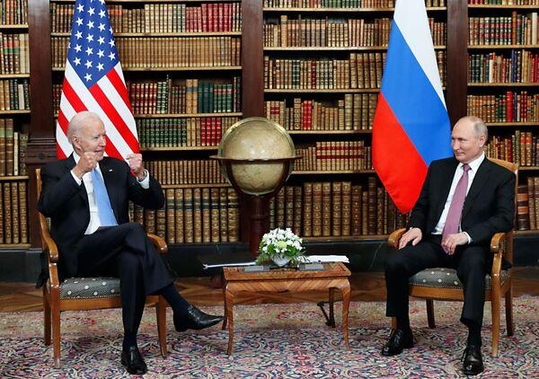 Il presidente russo Vladimir Putin e il presidente degli Stati Uniti Joe Biden durante un incontro a Ginevra a Villa La Grange. A destra: il ministro degli Esteri russo Sergey Lavrov. A sinistra: il segretario di Stato americano Anthony Blinken, il 16 giugno 2021.  - Sputnik Italia