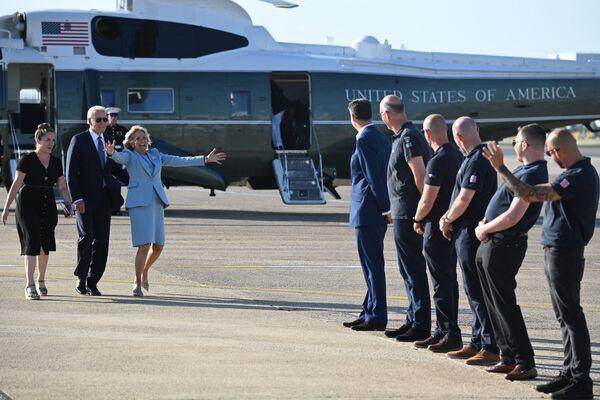 Il presidente degli Stati Uniti Joe Biden e la first lady Jill Biden tornano all'aeroporto di Heathrow, a ovest di Londra, il 13 giugno 2021, dopo aver partecipato al vertice del G7 e aver visitato la regina del Regno Unito Elisabetta II al castello di Windsor. - Sputnik Italia