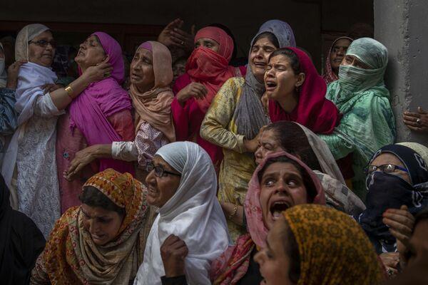 Parenti e vicini piangono durante il funerale di Waseem Ahmed, un poliziotto ucciso in una sparatoria, alla periferia di Srinagar, nel Kashmir controllato dall'India, domenica 13 giugno 2021. Due civili e due funzionari di polizia sono stati uccisi in uno scontro armato a Sabato nel Kashmir. - Sputnik Italia