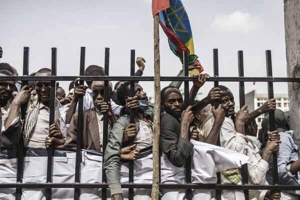 I sostenitori del primo ministro etiope Abiy Ahmed fanno la fila per entrare nello stadio di Jimma il 16 giugno 2021, dove il primo ministro sta per condurre un comizio elettorale durante la sua campagna elettorale in vista delle elezioni del 21 giugno 2021. - Sputnik Italia