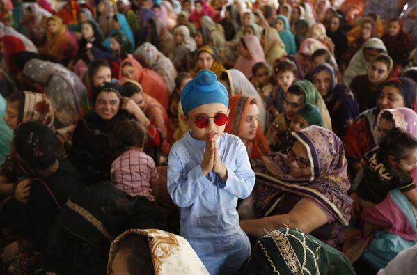 Centinaia di pellegrini sikh partecipano al 415esimo anniversario della morte del Guru Arjan Dev Ji a Dera Sahib, a Lahore, in Pakistan, mercoledì 16 giugno 2021. - Sputnik Italia