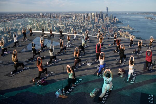 """I praticanti di yoga partecipano a una lezione sull'Edge Observation Deck, annunciato come il """"più alto osservatorio all'aperto dell'emisfero occidentale"""" a New York, il 17 giugno 2021.  - Sputnik Italia"""