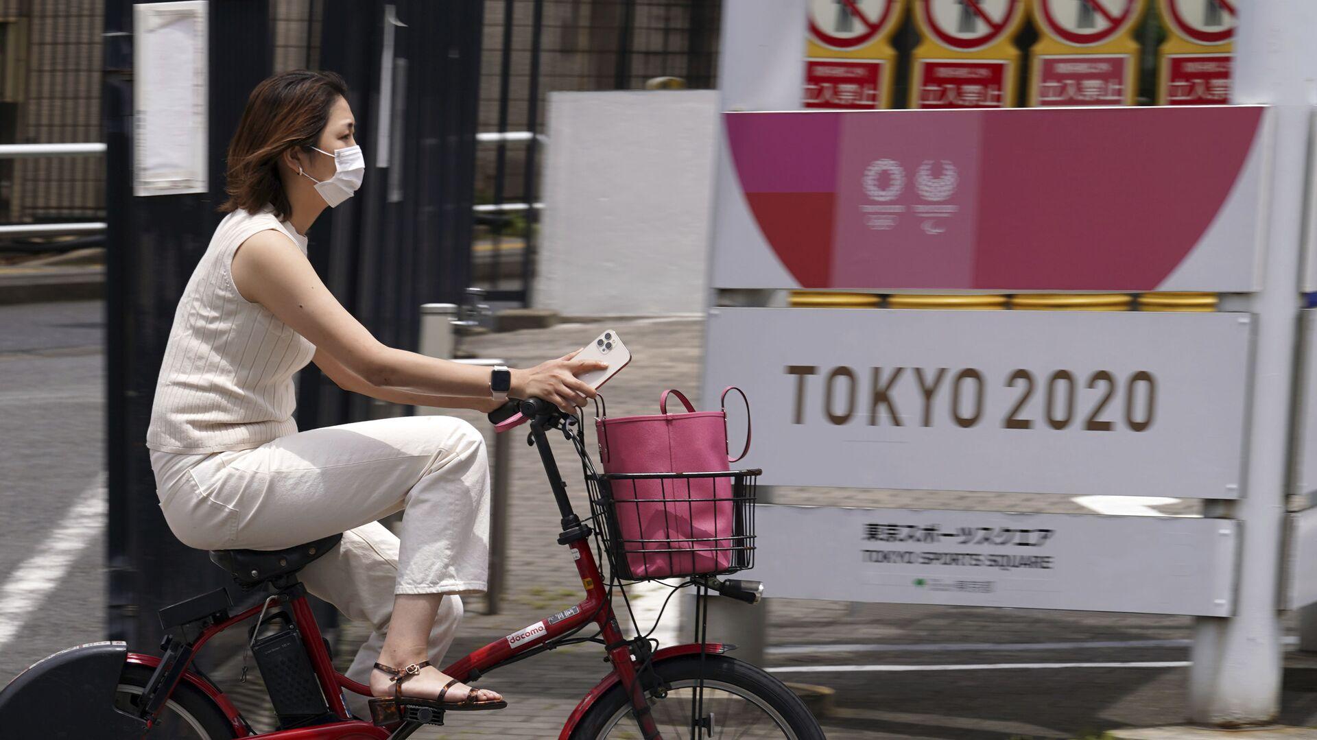 Una donna con mascherina a Tokyo  - Sputnik Italia, 1920, 10.07.2021