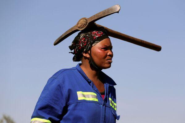Una donna arriva per trovare i diamanti con un piccone in testa. - Sputnik Italia