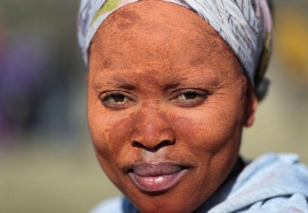 Una donna che usa l'argilla da applicare sul viso per proteggere la pelle dal sole. - Sputnik Italia