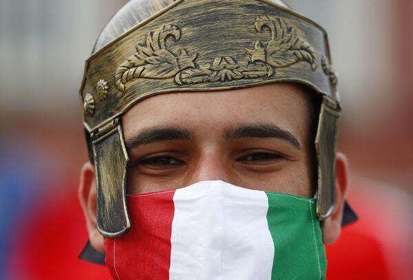 Un tifoso dell'Italia fuori dallo stadio prima della partita. - Sputnik Italia