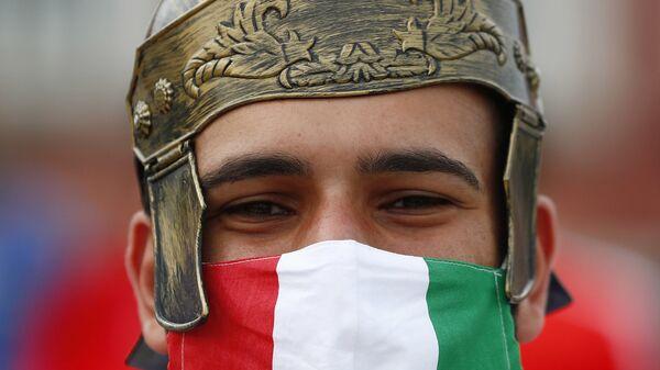 Болельщик Италии за пределами стадиона перед матчем в Риме  - Sputnik Italia