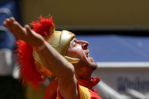 Un tifoso della Macedonia del Nord canta prima della partita tra Ucraina e Macedonia del Nord a Bucarest, Romania, giovedì 17 giugno 2021. - Sputnik Italia