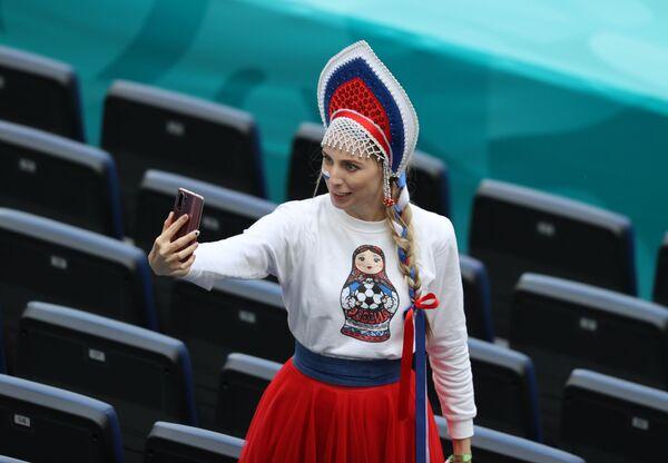 Il selfie prepartita di una tifosa russa prima dell'inizio della partita tra Finlandia e Russia a San Pietroburgo, Russia, il 16 giugno 2021. - Sputnik Italia