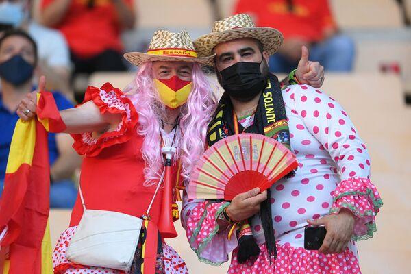 I tifosi della Spagna in posa per una foto prima della partita tra Spagna e Polonia allo stadio La Cartuja di Siviglia, in Spagna, il 19 giugno 2021. - Sputnik Italia