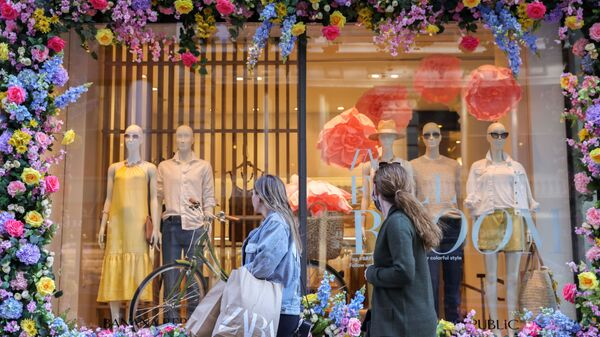 Покупатели проходят мимо витрины магазина на Манхэттене, Нью-Йорк - Sputnik Italia