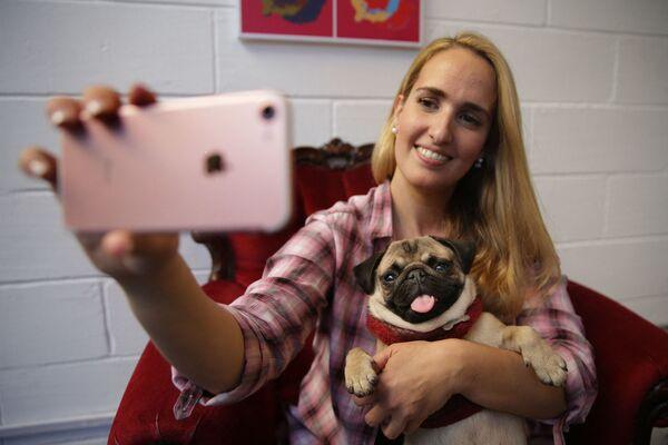 Aida Martinez, proprietaria del negozio, posa con il cane musa in un pop-up Pug Cafe a Brick Lane, a est di Londra, Regno Unito. - Sputnik Italia
