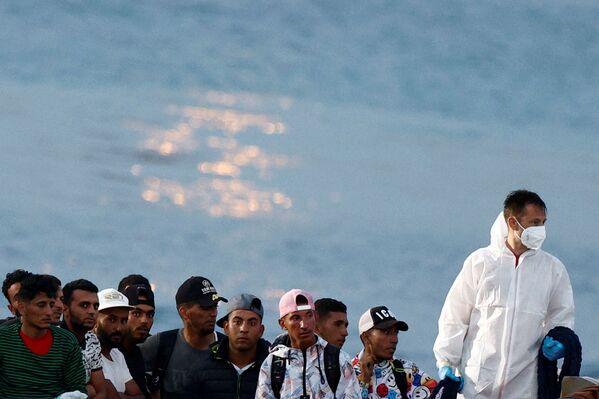 Migranti savati dalla guardia costiera prima di sbarcare sull'isola siciliana di Lampedusa, Italia, Il 20 giugno 2021. - Sputnik Italia