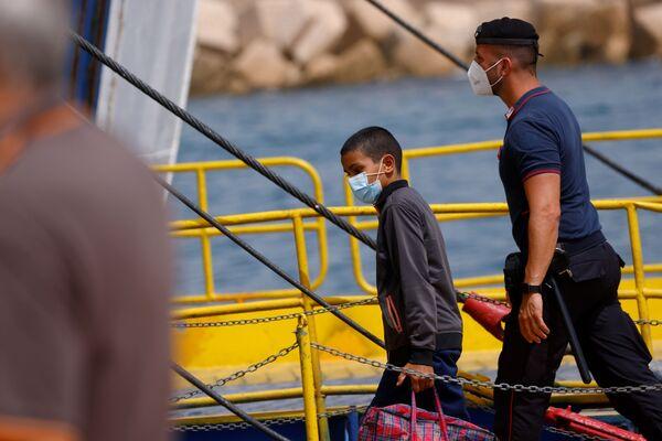 Grazie alla coordinazione della Prefettura di Agrgento, la Guardia costiera lavora senza sosta per trasferire i migranti. - Sputnik Italia