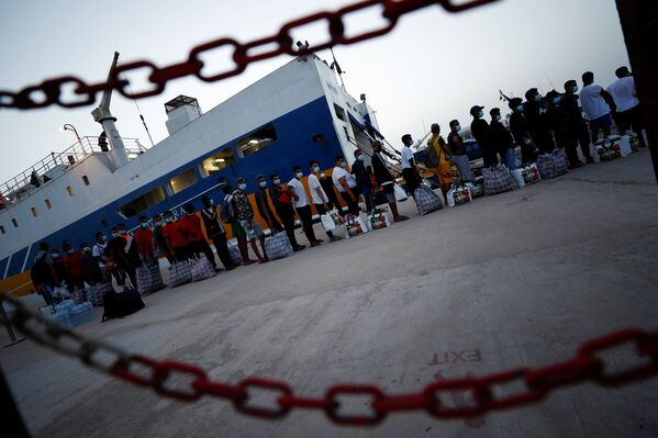 L'hotspot dell'isola è ormai saturato, e si svolgono le operazioni di trasferimento dei migranti in altri centri, tra i quali Pozzallo, Crotone e Porto Empedocle. - Sputnik Italia
