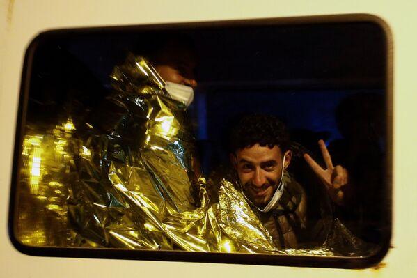 Un migrante in un furgone dopo essere sbarcato sull'isola siciliana di Lampedusa, Italia, il 21 giugno 2021.  - Sputnik Italia