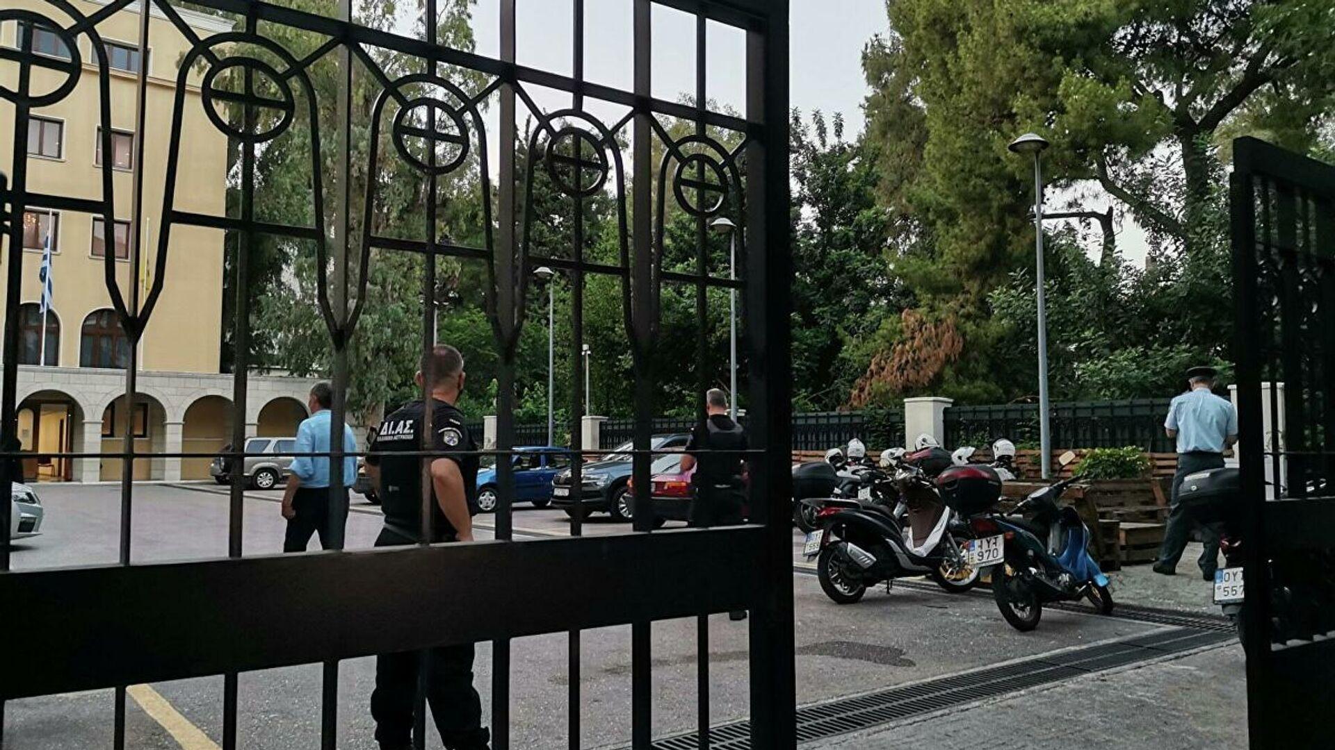 Agenti di polizia greci nel monastero di Petraki ad Atene, dove un sacerdote ha cosparso di acido sette metropoliti durante un processo in chiesa - Sputnik Italia, 1920, 24.06.2021
