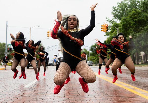 """La capitana della squadra di ballo, Shair'Mae Harris, 17 anni, insieme alle altre ragazze di """"For The Love of Dance Studio"""" partecipa a una parata per celebrare Juneteenth, che commemora la fine della schiavitù in Texas, Michigan, Stati Uniti, 19 giugno 2021. - Sputnik Italia"""