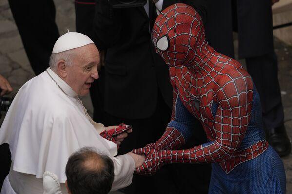 Papa Francesco incontra Mattia Villardita, vestito da Spiderman, che opera come volontario negli ospedali pediatrici, durante l'udienza generale svoltasi in Vaticano, mercoledì 23 giugno 2021.  - Sputnik Italia