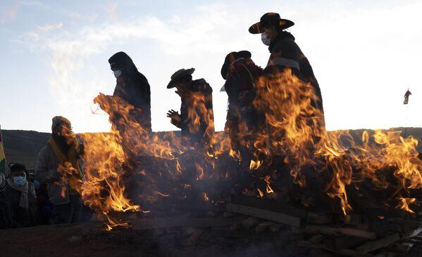 I leader religiosi indigeni aymara terminano il rituale del nuovo anno nell'antica città di Tiwanaku, in Bolivia, lunedì 21 giugno 2021.  - Sputnik Italia