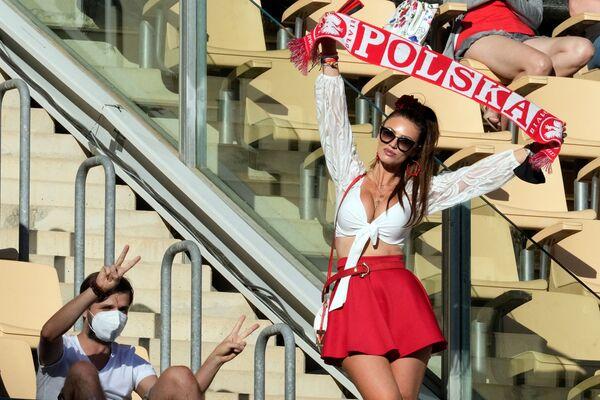 Una tifosa pollacca tiene la sciarpa della sua squadra prima della partita Spagna - Polonia allo stadio La Cartuja di Siviglia, Spagna, 19 giugno 2021. - Sputnik Italia