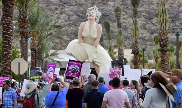"""I manifestanti si radunano davanti alla statua """"Forever Marilyn"""" a Palm Springs, in California, il 20 giugno 2021. La statua creata dall'artista Seward Johnson Atelier ha causato l'ira dei residenti secondo i quali distrugge l'armonia  del paesaggio naturale circostante. Alcune persone ritengono che la statua sia sessista e inappropriata, nonostante la popolarità dell'iconica posa di Marilyn Monroe con il vestito volante dalla commedia del 1955 """"The Seevn Year Itch"""". - Sputnik Italia"""