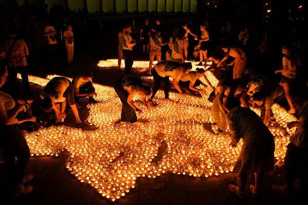 """I partecipanti all'azione """"Candela della memoria"""" accendono candele di fronte al Museo della Vittoria a Mosca. - Sputnik Italia"""