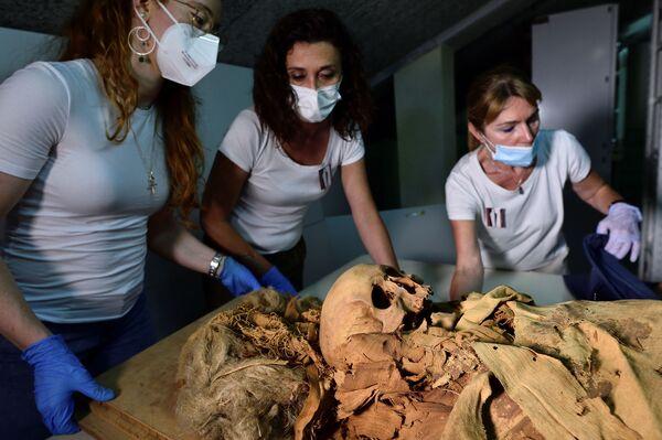 I ricercatori si preparano a trasferire la mummia egizia dal Museo Civico Archeologico di Bergamo all'ospedale Policlinico di Milano per sottoporla alla TAC.  - Sputnik Italia