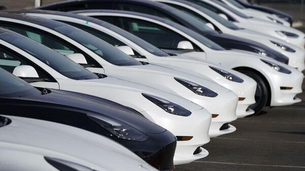 Непроданные автомобили Tesla Model 3 у дилерского центра Tesla в Литлтоне, штат Колорадо - Sputnik Italia