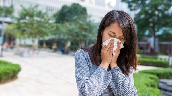 Простуженная женщина с носовым платком - Sputnik Italia