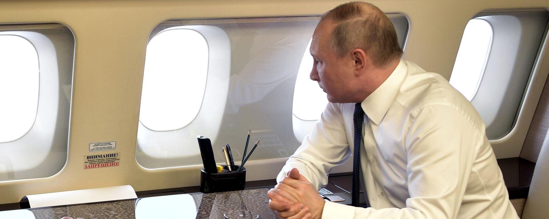 Putin osserva dal suo aereo presidenziale  - Sputnik Italia, 1920, 30.06.2021