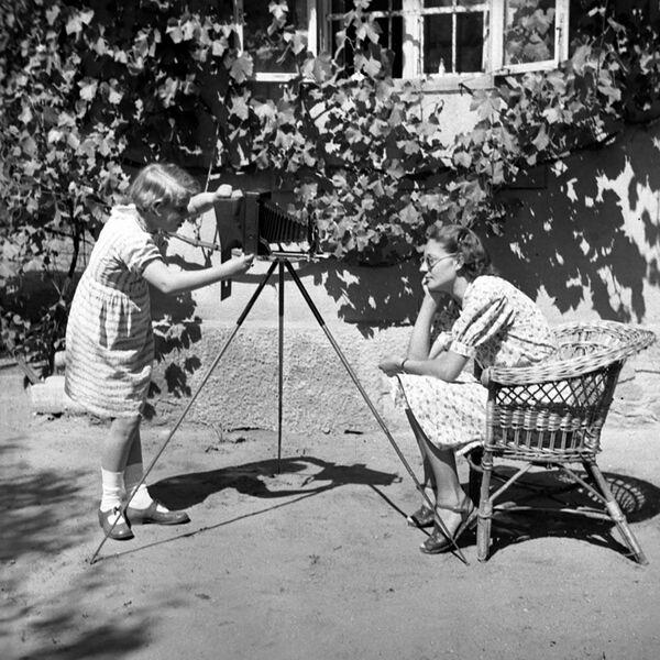 Le persone scattano delle foto in un parco in Ungheria. - Sputnik Italia