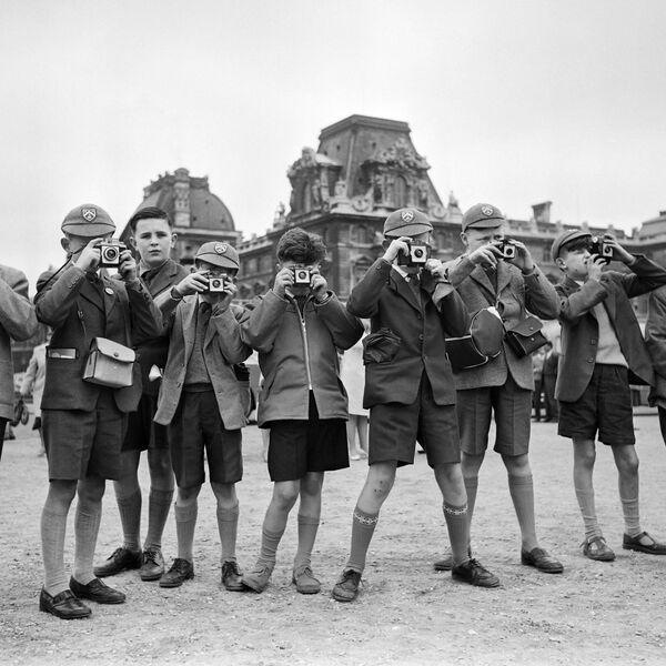 Turisti britannici scattano foto dei monumenti storici a Parigi, 1961. - Sputnik Italia