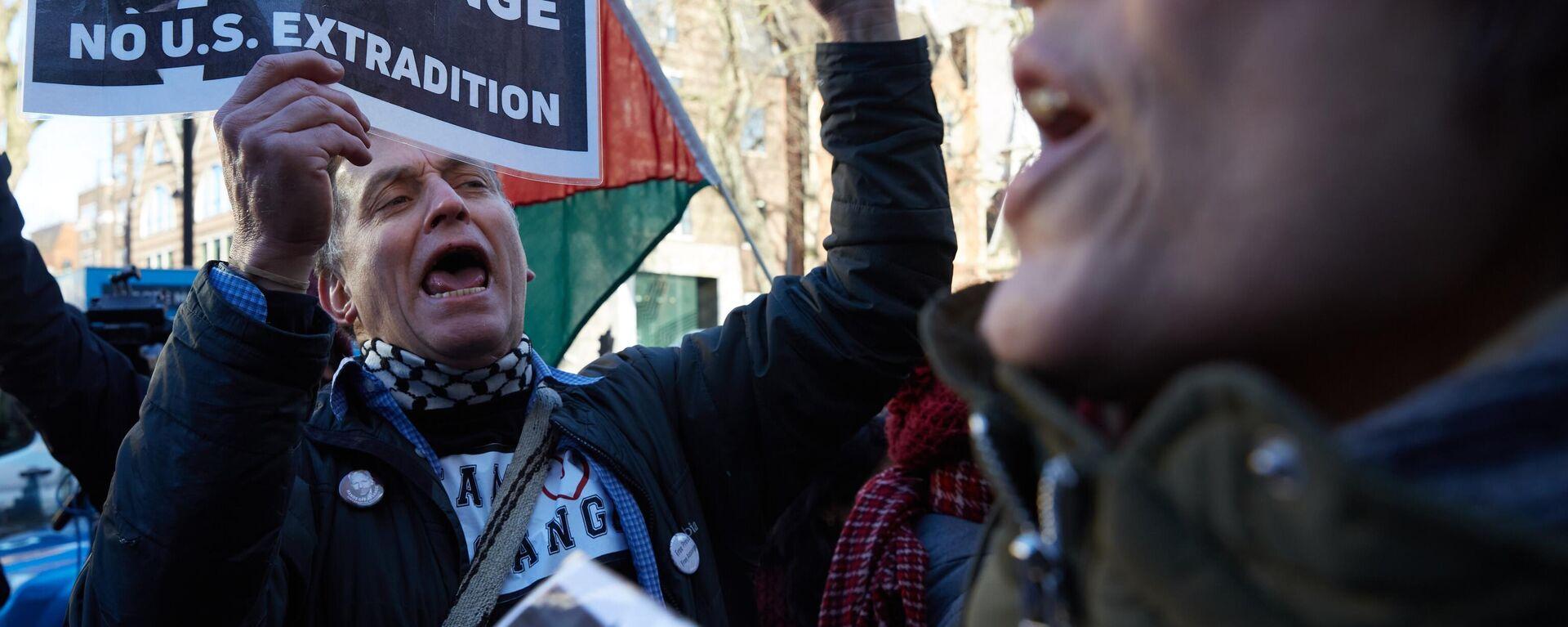 Una manifestazione a sostegno di Julian Assange - Sputnik Italia, 1920, 30.06.2021