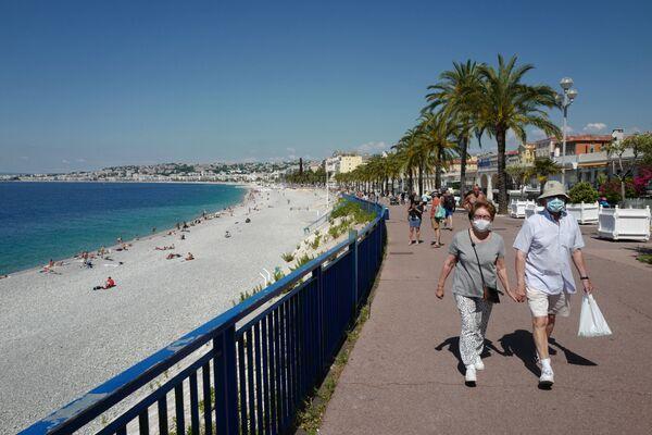 A Nizza potrete passeggiare con il cane per il Promenade des Anglais, il lungomare con le seggiole blu dalle quali godersi il panorama e la brezza marina, spesso animato da esibizioni, manifestazioni e bancarelle. - Sputnik Italia
