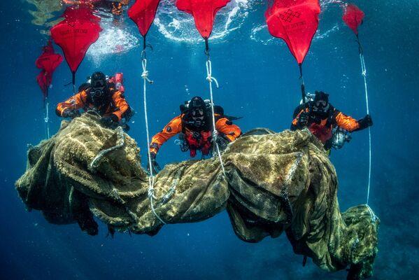 I subacquei greci e gli eco attivisti hanno deciso di togliere dal fondale dell'isola i resti di un allevamento ittico inattivo. - Sputnik Italia