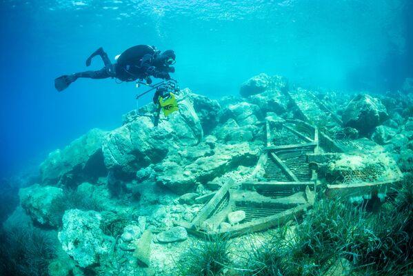 Un subacqueo prova a raccogliere tutta la spazzatura dall'allevamento ittico. - Sputnik Italia